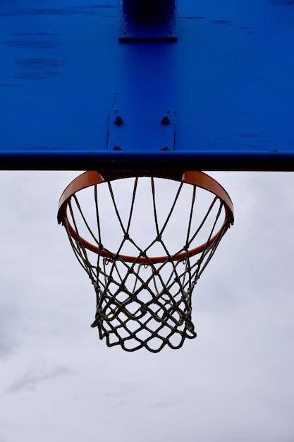 通り、スペインのビルバオ市のストリートバスケットのバスケットボールフープシルエット Premium写真