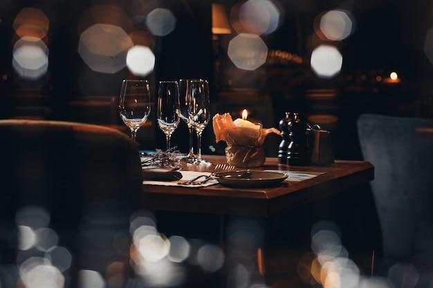 Роскошная посуда красивая сервировка в ресторане Premium Фотографии