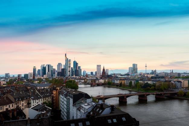 Изображение городского пейзажа горизонта франкфурта-на-майне во время красивого заката во франкфурте, германия Premium Фотографии