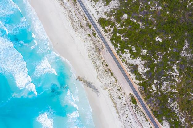 オーストラリア、ビクトリア州のグレートオーシャンロードの航空写真 Premium写真