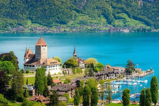 スイス、ベルンのトゥーン湖のシュピーツ城の風景。 Premium写真