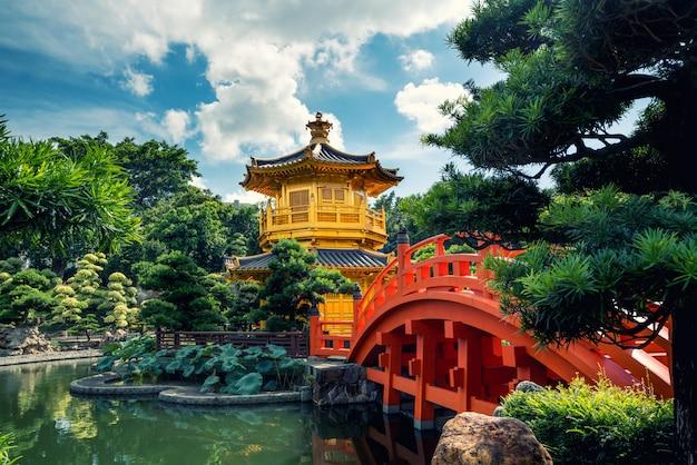 南蓮園の赤い橋とゴールデンパビリオン寺院の正面図 Premium写真