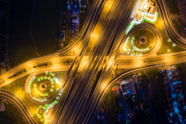 高速道路のジャンクションの航空写真 Premium写真