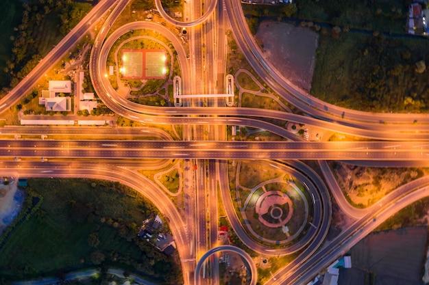 高速道路のジャンクションの航空写真夜、タイのバンコクの都市の平面図。 Premium写真