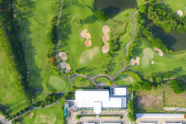 ゴルフコースと街の住宅の空中パノラマビュー。 Premium写真
