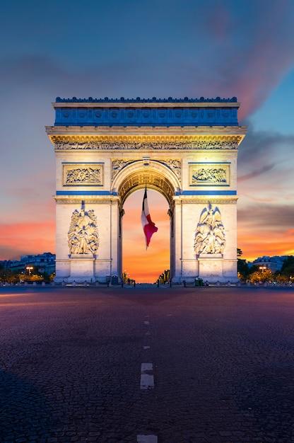 フランスのパリで夜の凱旋門パリ。 Premium写真