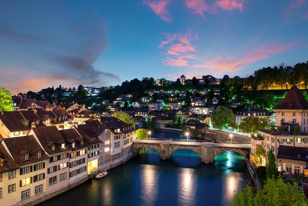 劇的な日没時のスイスの首都ベルン。 Premium写真