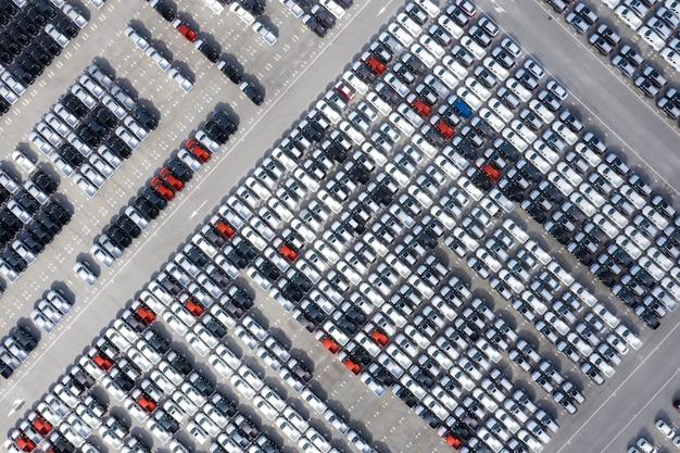 港に停まっている自動車工場から空中のトップビューの新しい車 Premium写真