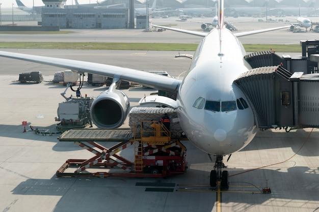 飛行前に飛行機に貨物を積載する。 Premium写真