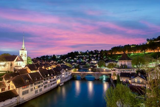 Берн. изображение берна, столицы швейцарии, во время драматического захода солнца. Premium Фотографии