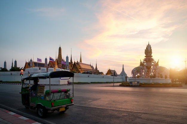 夕焼け空とバンコクの王宮周辺観光 Premium写真