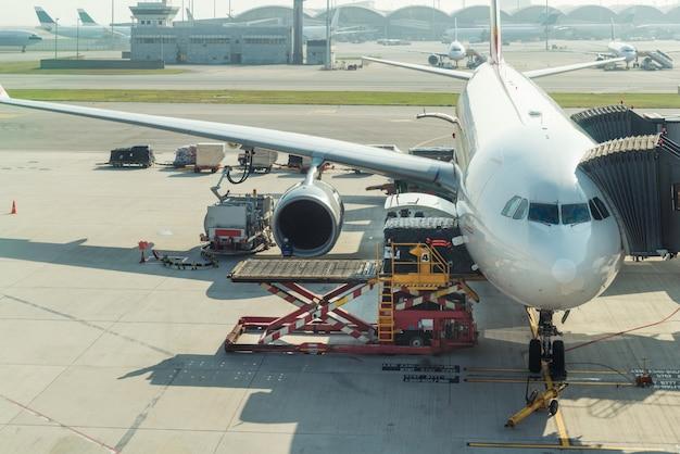 飛行前に空港で飛行機に貨物を積み込みます。 Premium写真