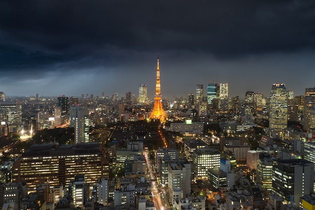 日本の東京タワー上の曇りと夜の東京都、日本上の雨嵐。 Premium写真