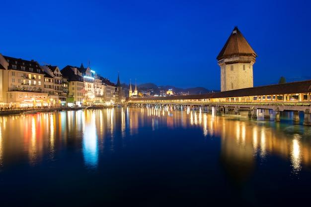 Люцерна. изображение люцерна, швейцария во время сумерек синий час. Premium Фотографии