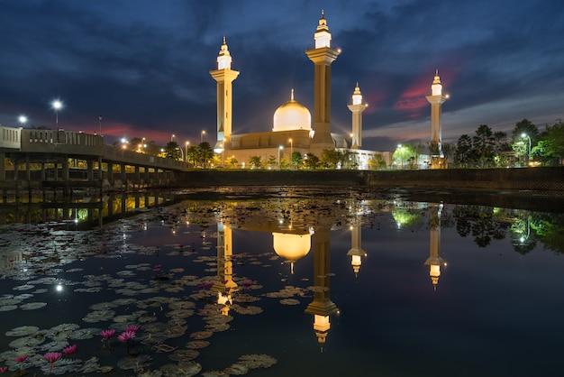 マレーシア、クアラルンプール近郊のシャーアラムにあるマスジドブキットジェルトン。 Premium写真