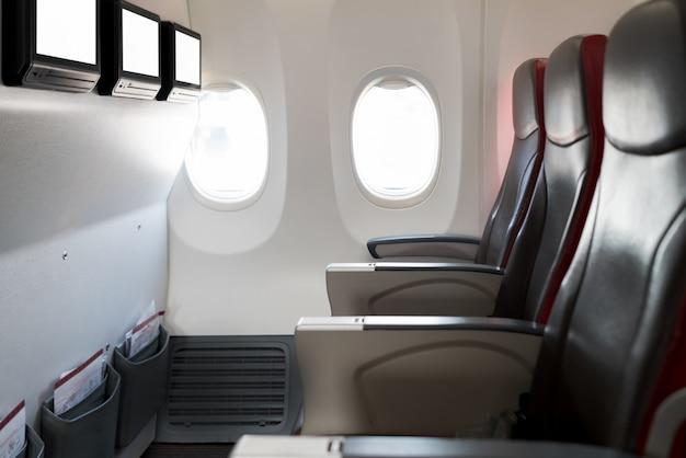 Пустые пассажирские пассажирские сиденья в кабине. интерьер в современном самолете. Premium Фотографии