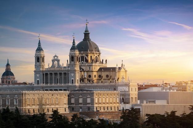 サンタマリアラレアルデラアルムデナ大聖堂と王宮の風景。 Premium写真