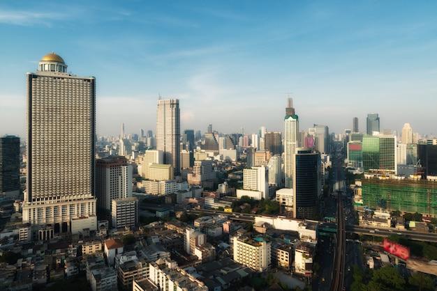 夕焼け空、バンコク、タイとダウンタウンのバンコク近代的なオフィスビルの空撮。 Premium写真