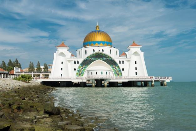 マラッカイスラムモスクはマレーシアのマラッカにある美しいイスラムモスクです。 Premium写真