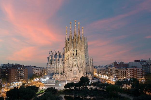 スペイン、バルセロナの大カトリック教会、サグラダ・ファミリアの航空写真 Premium写真