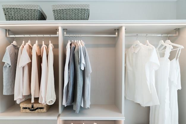 シャツとドレスの棚の中でモダンなインテリアワードローブ。 Premium写真
