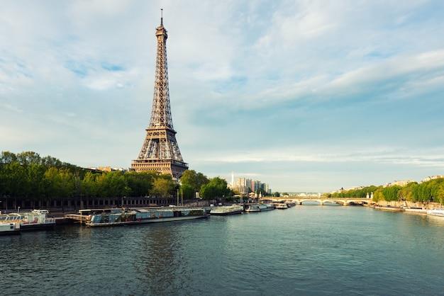 春のセーヌ川からパリのエッフェル塔。フランス・パリ。 Premium写真