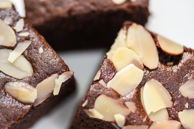 プレート上のナットとブラウニーケーキのスライスを閉じる Premium写真