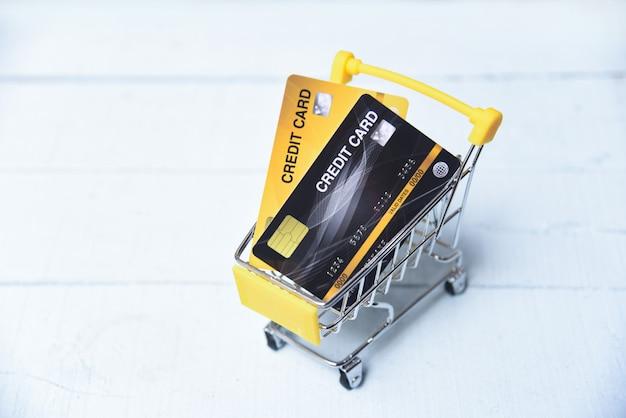 ショッピングカートのクレジットカードでオンラインショッピング Premium写真