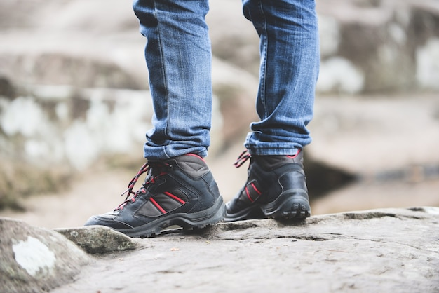 岩山の森を歩く旅行者男ハイカー足と靴の足 Premium写真