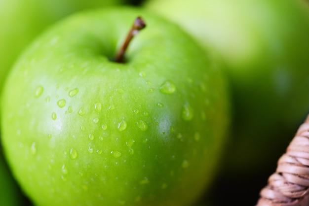 Яблоки свежие зеленые - урожай яблок в корзине в саду фруктовый зеленый Premium Фотографии