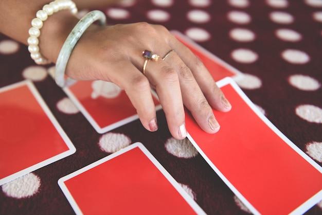 占いを読むタロットカード Premium写真