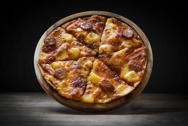 木の板にピザ Premium写真