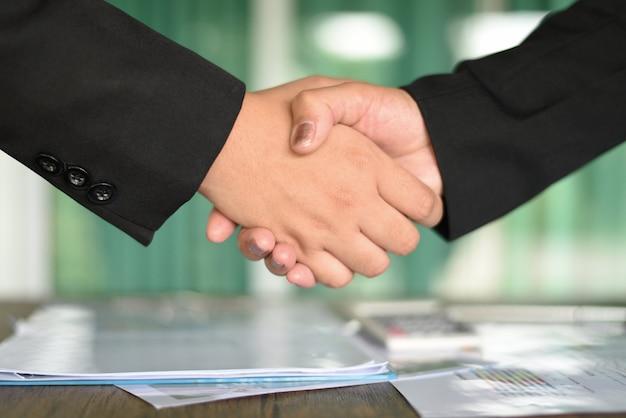 成功したアジアのビジネス女性が交流と協力を必要とする人々に手を振る Premium写真