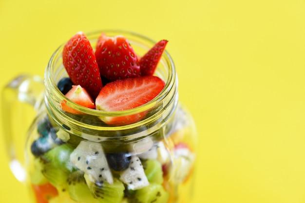 ガラスの瓶にフルーツサラダ新鮮な夏の果物と野菜 Premium写真