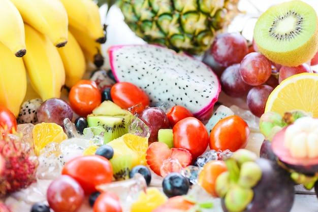 氷の上のフルーツサラダ新鮮な夏の果物健康的な有機食品。 Premium写真