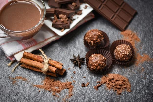 チョコレートバーとスパイスチョコレートボールとチョコレートピースチャンクチップスパウダーキャンディースイート Premium写真