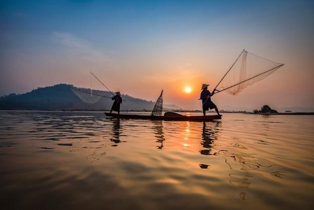 漁船のボート川の夕日アジアネット木製ボートを使用してネットの夕日または日の出 Premium写真