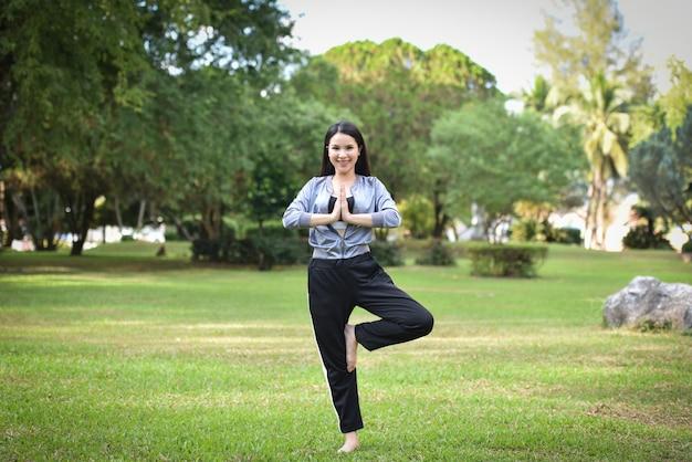 女性は健康のために体を鍛える運動を続けている Premium写真