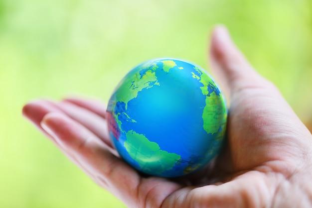 地図と環境と地球を持っている手 Premium写真