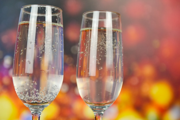 シャンパングラスとテーマパーティーや休日のお祝いのコンセプトのようなプロセッコガラスの休日の飲み物 Premium写真
