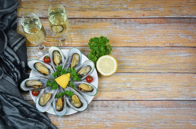 テーブルの設定でレモンパセリとハーブとムール貝- Premium写真