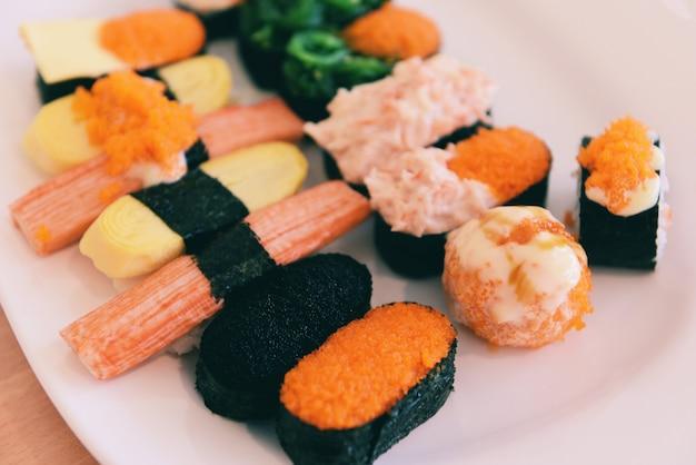 日本食寿司ロールご飯とトビコの卵赤キャビアクリームソース海苔海苔レストランで刺身寿司メニューセット日本料理新鮮な食材ミックス様々な種類 Premium写真