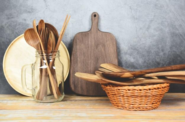 自然なキッチンツール木材製品/キッチン用品背景スプーン付き Premium写真