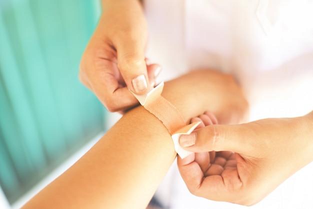 Перевязка локтевой раны медсестрой - концепция здравоохранения и медицины травмы запястья Premium Фотографии