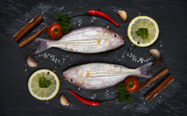 シーフードフィッシュプレートオーシャングルメディナー新鮮な生の魚とハーブとスパイス Premium写真