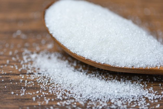 木のスプーンと木の白い砂糖 Premium写真