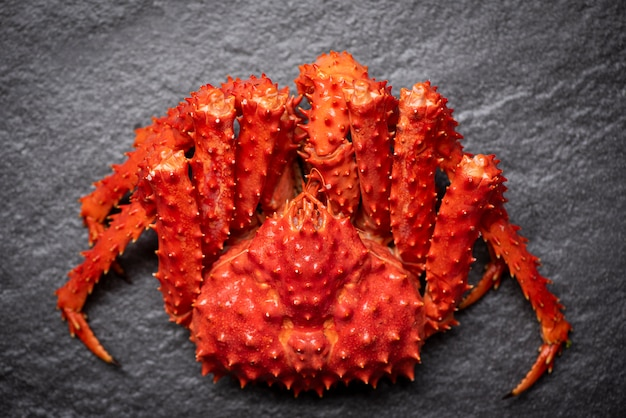 アラスカキングクラブカニ蒸しまたはゆで海鮮煮 Premium写真