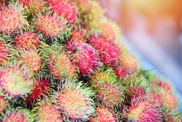 Свежие фрукты рамбутана для продажи на рынке Premium Фотографии