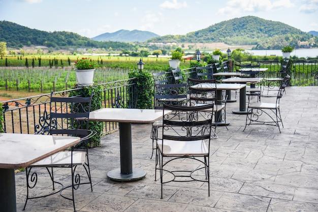 テラスには屋外レストランのダイニングテーブルのバルコニーのテーブルと椅子 Premium写真