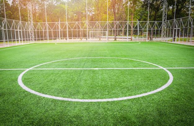 フットボール競技場 - フットサル競技場の緑の芝生スポーツ屋外 Premium写真
